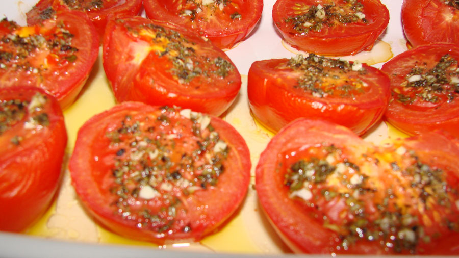 Fertig gegarte tomaten für tomatensauce aus dem ofen
