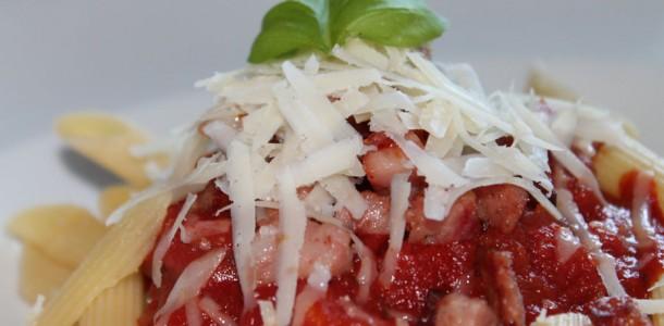 penne mit tomatensauce und jagdwurst schnelles pasta rezept. Black Bedroom Furniture Sets. Home Design Ideas