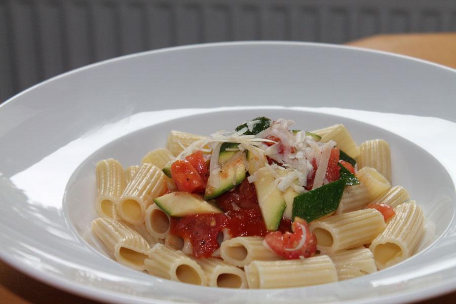 pasta mit zucchini tomatensauce leckeres pasta rezept. Black Bedroom Furniture Sets. Home Design Ideas