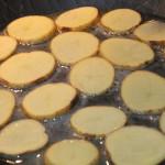 Eisenpfanne mit kartoffelscheiben