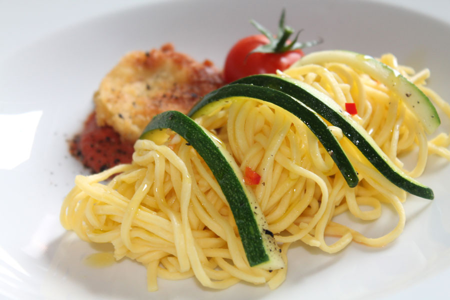 zucchini nuggets mit spaghetti leckeres vegetarisches rezept. Black Bedroom Furniture Sets. Home Design Ideas