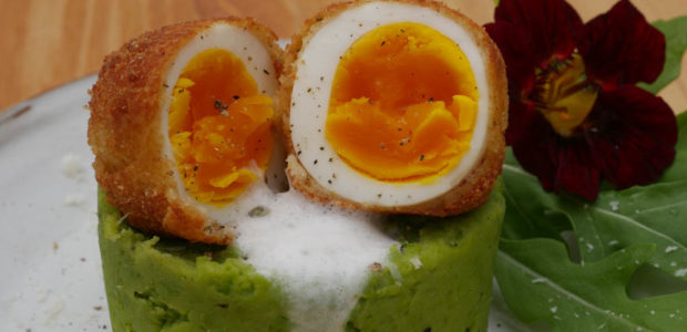Gebackenes Ei mit Spargel